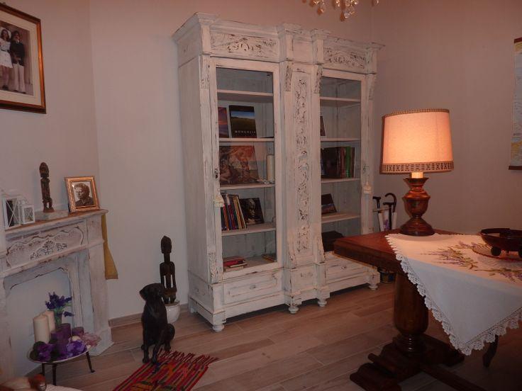 Vetrina bianca stile shabby. Si tratta di un armadio dell'epoca fine 800,trasformato e personalizzato in vetrina bianca decapata stile shabby chic.