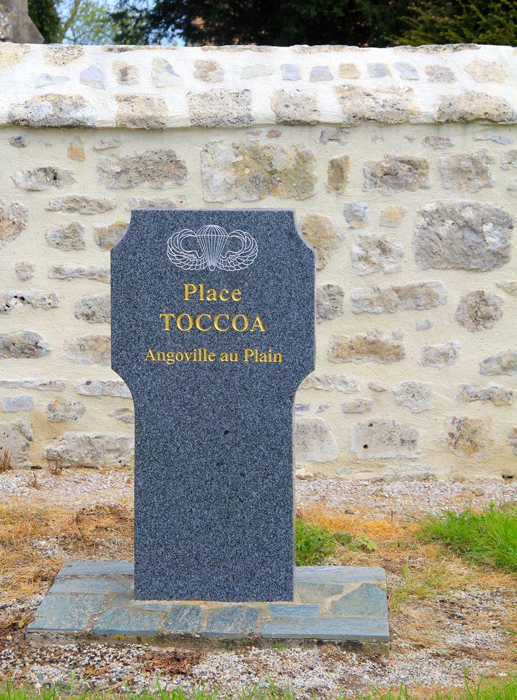 De bewoners van Angoville-au-Plain eerden hun bevrijders door op het kerkplein een monument ter ere van het opleidingskamp Toccoa te plaatsen. Toccoa is een plaatjes onderaan de berg Currahee. ( 1942 )