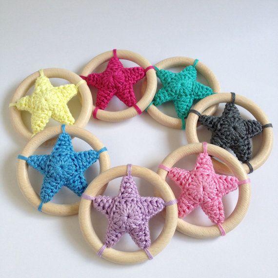 Etsy - Crochet star rattle / wooden teethingring (ipv een ster een bloem?)
