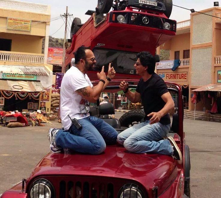 ▐ ★ #SRK [ @iamsrk ] & Rohit Shetti on the sets of #ChennaiExpress (2013)★▐ Preparing for action scenes with cars.. pic.twitter.com/Ia7rgCNngI