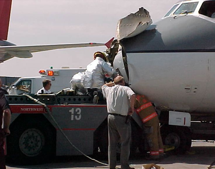 Northwest airlines dc-9 collides with tug