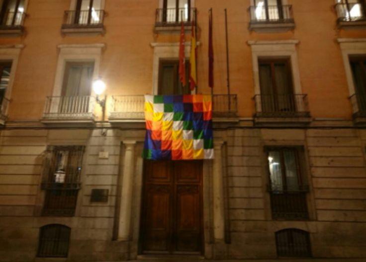 El Ayuntamiento de Madrid cuelga una bandera indígena y Aguirre llama a exhibir la rojigualda