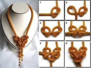 Russian, but clear photos of how to tie knots in bead crochet ropes (pas totalement convaincue, mais y'a de l'idée...)
