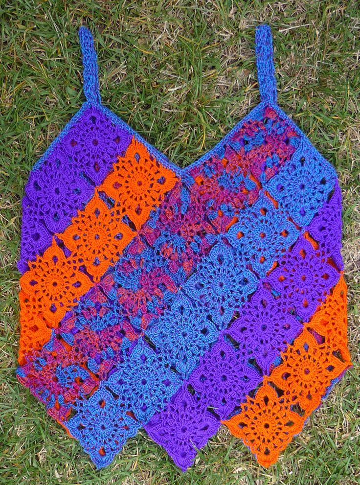 Camiseta tejida a crochet con hilos en colores azul Prusia, morado, rojo matizado y naranja, talla M
