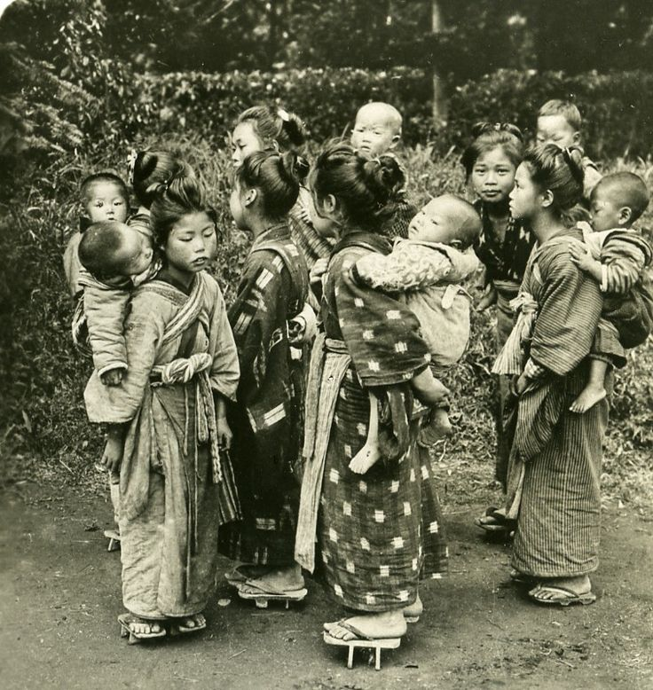 Young Japanese babysitters ca 1900.