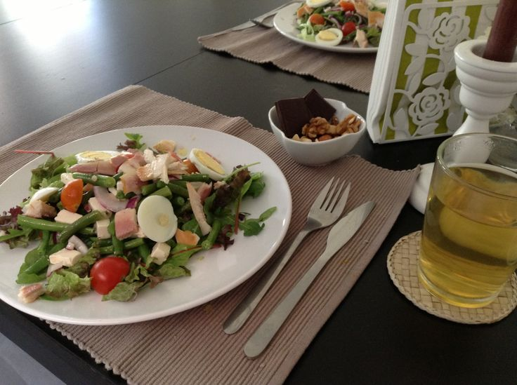 Stevige Lunch: rucola melange, gestoomde sperziebonen mengen met rode ui, witte kaas, olijfolie, rode wijnazijn, zout/peper, cherry tomaatjes, forel-filet en een gekookt eitje....gemengde, ongebrande noten en 78% pure chocolade en groene thee jasmijn