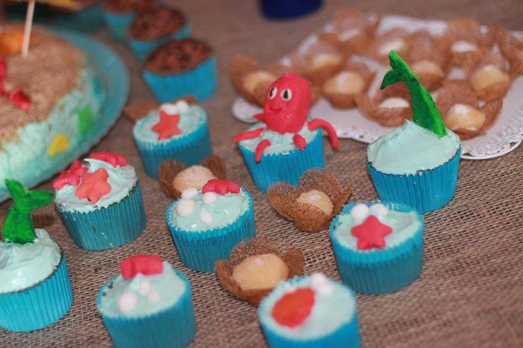 Cupcakes no tema da festa Cupcakes de baunilha com recheio de chocolate e cobertura de buttercream