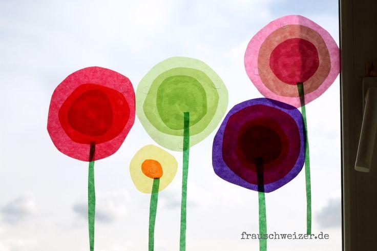 Lust auf eine farbenfrohe, schnell gemachte Fensterdeko? Bitteschön! Ist auch super mit Kids zu basteln. Fensterbild Blumen im Frühling selbermachen