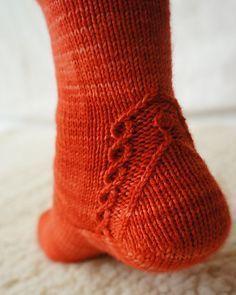 Som om hälen inte var svår nog, men mycket snyggt. interesting heel and a free pattern!
