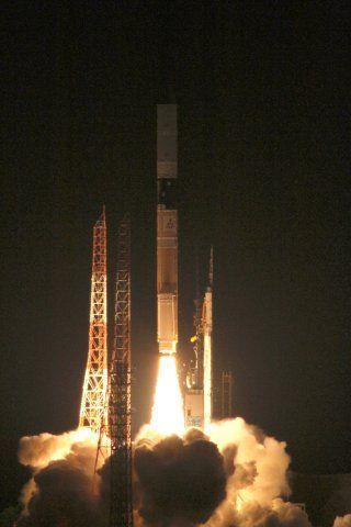 「しずく」は地球観測衛星で、重さ約1900kg。太陽同期準回帰軌道に投入された後、高性能マイクロ波放射計を使って、地球の水循環と気候変動を観測する。一方、「アリラン3号」は韓国が打ち上げた「アリラン1号」と「アリラン2号」の後続機で、直径2m、重さ約800kg。高解像度の光学機器を搭載し、軌道上から画像を撮影し、地理情報解析や環境観測などを行う。