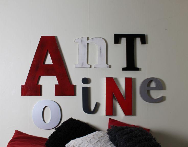 tte de lit industrielle avec des lettres personnalises en bois rouge noir gris argent blanc