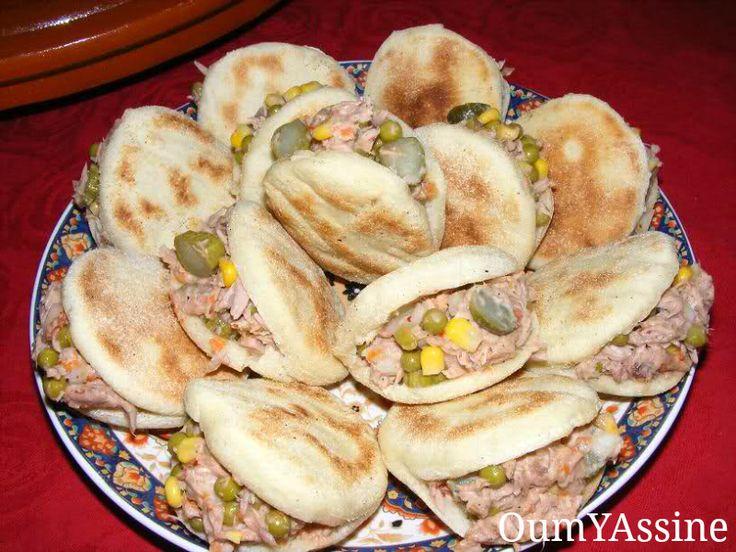 Recept voor mini batbot gevuld met tonijn en groenten. Batbot zijn Marokkaanse broodjes die je in een koekenpan bakt. Je kunt ze vullen met wat je zelf wilt, ik had ze deze keer met tonijn en groenten gevuld.