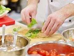 50 astuces de cuisine Comment éplucher un oignon sans pleurer, faire cuire un oeuf fendu ou rattraper une mayonnaise... Voici 50 astuces de cuisine pour vous changer le quotidien.