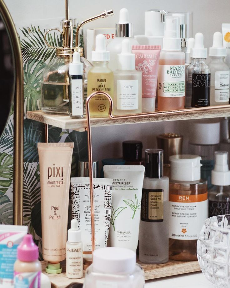 Let me join in on the shelfie bandwagon lol! Honestly I have no idea how to even photograph shelfies but they help clear up most of my desk…