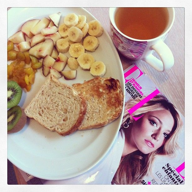 This morning; a banana,a peach, a kiwi, toasts and green tea :)