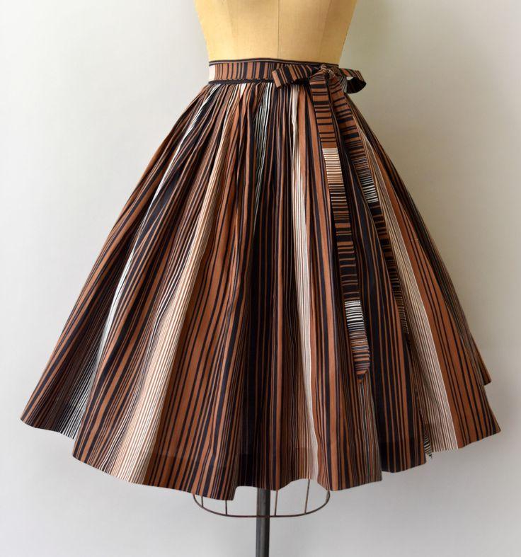 Lief vintage jaren 1950 rok, bruin, zwart-wit verticaal gestreept katoenen lichaam. Voorzien van taille, zeer volledige rok, verborgen metalen rits en knoop sluiting met bijpassende stropdas riem.  ---M E EEN S U R E M E N T S---  Pasvorm/maat: XS  Taille: 24 Heupen: gratis Lengte: 26,5  Maker/merk: Ernest Donath Staat: uitstekend  - - - - - - - - - - - - - - - - - - - - - - - - - -  Instagram: sweetbeefinds Facebook: sweet bee vindt vintage