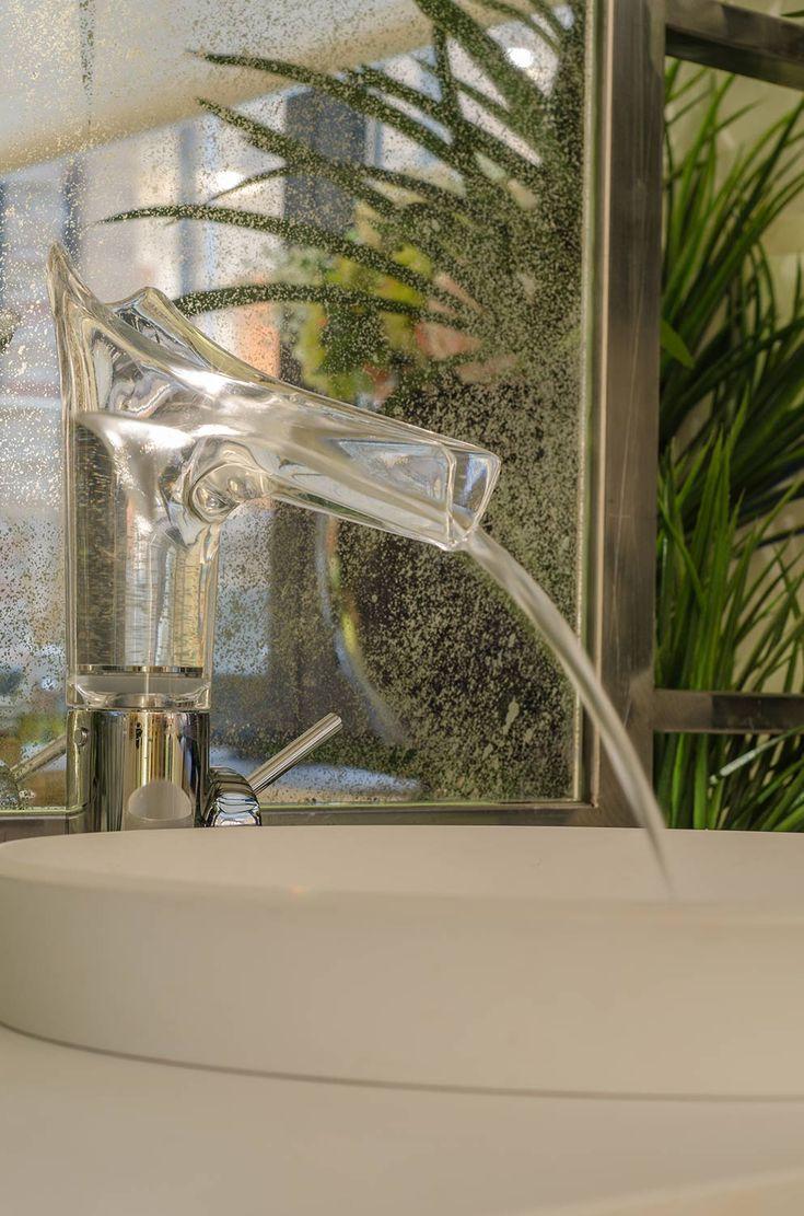 El agua que emana de los delicados grifos de cristal completa la experiencia sensorial de este magnífico espacio. #details #bathroom #water #homedecor #design #diseño #interiordesign #arquitectura