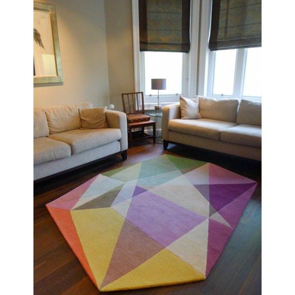 Efektowny dywan wełniany od Sonya Winner - wzór bazuje na motywie pryzmatu.