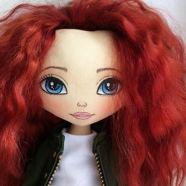 Доброго дня всем 😘 Готова моя красота 😊😍 Хотели сегодня с ней погулять сходить, поселфиться, но там дождь, дождь, дождь .... поэтому буду показывать то, что есть 😊 . . #кукла #текстильнаякукла #интерьернаякукла #куклаизткани #авторскаякукла #кукларучнойработа #ручнаяработа #красотка #рыжая #девочкитакиедевочки #dollstagram #doll #artdoll #textiledoll #interiordoll #clothdoll #ragdoll #etsydoll #toys_gallery #хочувlwoc c #handmade #handmadedoll #оригинальныйподарок #wow_dolls…