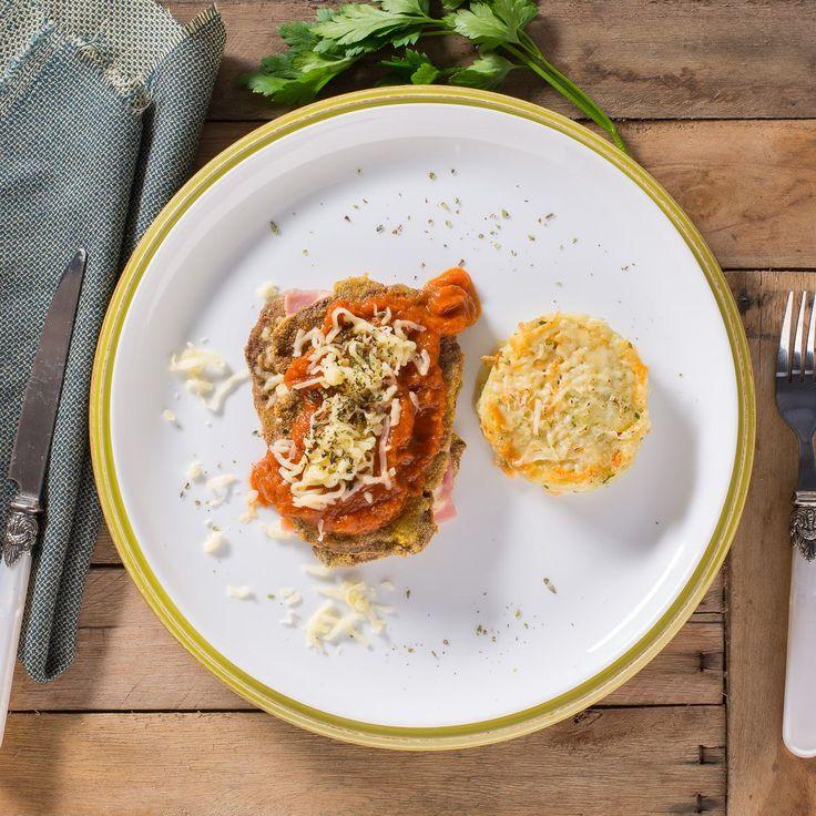 283 KcalFilé recheado com presunto magro, muçarela de búfala e muçarela, coberto com parmesão e molho de tomate. Acompanha batata-suíça.IngredientesMolho vermelho(tomate polpa, extrato de tomate, cebola,  alho, sal, azeitede oliva, óregano, manjericão), batata, mussarela, farinha de milho,mussarela de búfala, presunto, clara de ovo, parmesão, azeite de oliva,salsa, sal, orégano. NÃO CONTÉM GLÚTEN. CONTÉM LACTOSE. ALÉRGICOS: CONTÉMOVOS, LEITE E DERIVADOS.Tabela Nutricional1 Porção(ões): 240g…