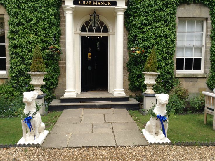 Don't forget the statues #weddings #flowers #statues