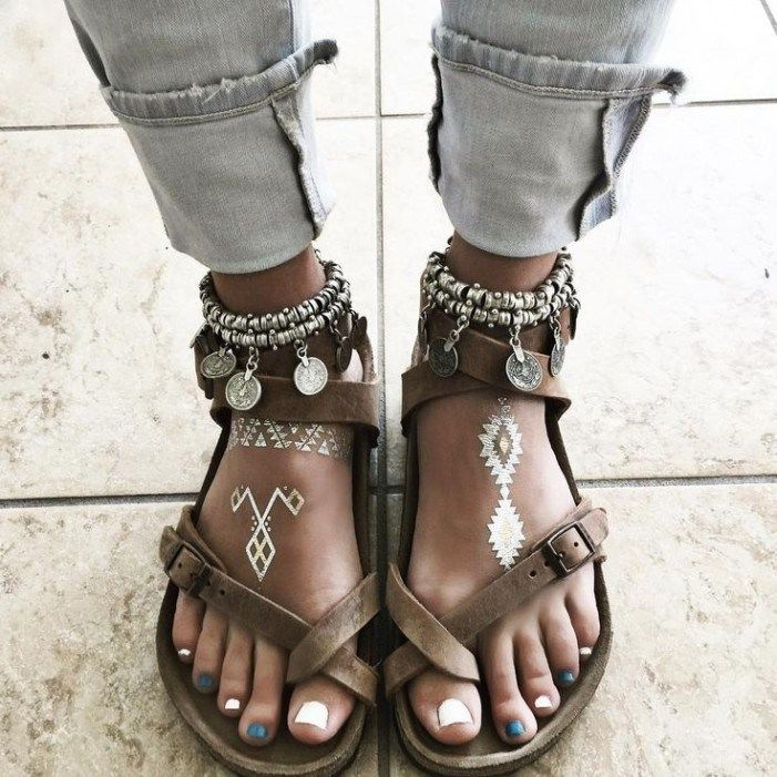 In general, regarding the choice of shoes, you have a great freedom. Sandals, ankle boots, sneakers, heeled shoes, combine perfectly with bohemian chic style. The right choice, of course, is leather or faux leather. Shoes
