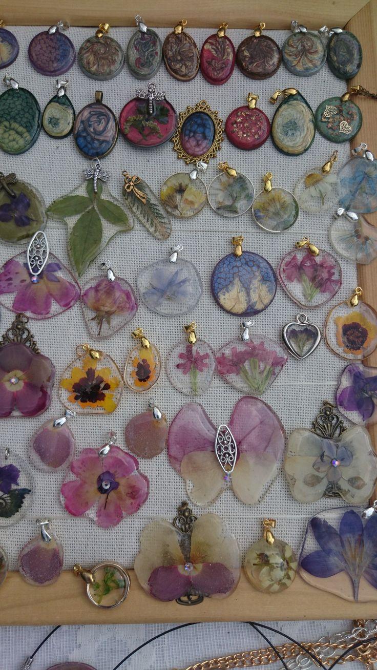 Кулончики из ювелирной смолы с сухоцветами