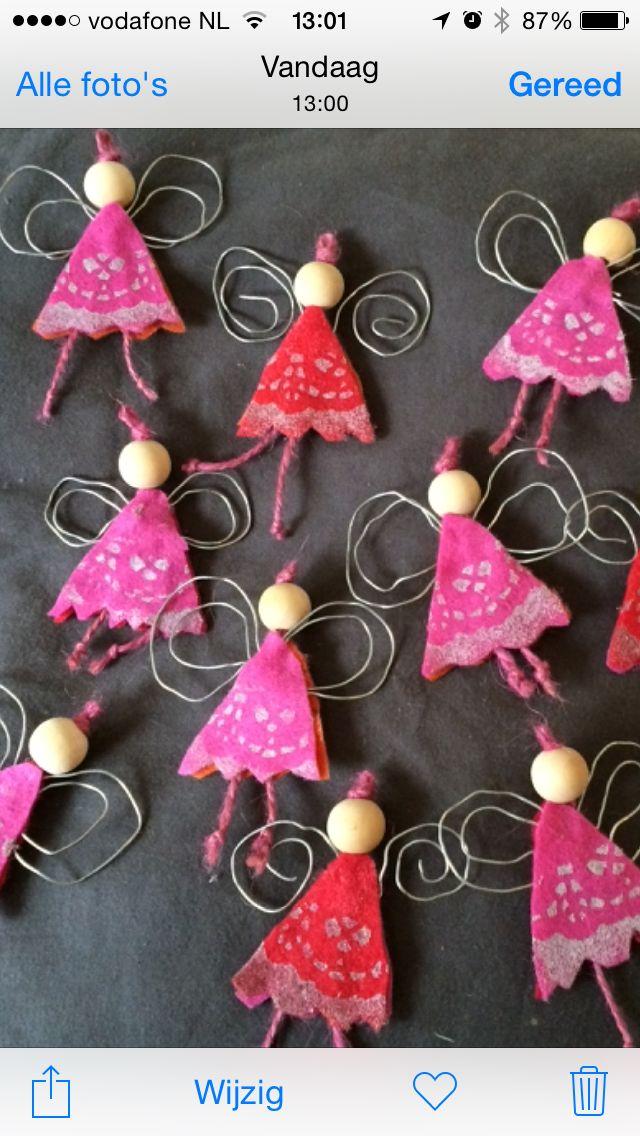 Kerstengeltjes Heel makkelijk zelf te maken met stukjes vilt, touw, een houten kralen, ijzerdraad en zilververf getamponeerd met behulp van een papieren taart kleedje. Leuk om met een kerstwens eraan op te sturen ipv een kerstkaart.