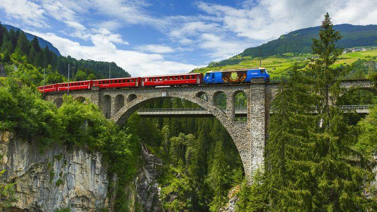 ZWITSERLAND - De Glacier Express in Zwitserland is de langzaamste sneltrein ter wereld. En da's mooi, want dan heb je tenminste tijd om van het geweldige uitzicht te genieten. Tijdens de reis van Zermatt naar St. Moirtz (of Chur) passeert de Glacier Express 291 bruggen en 91 tunnels.