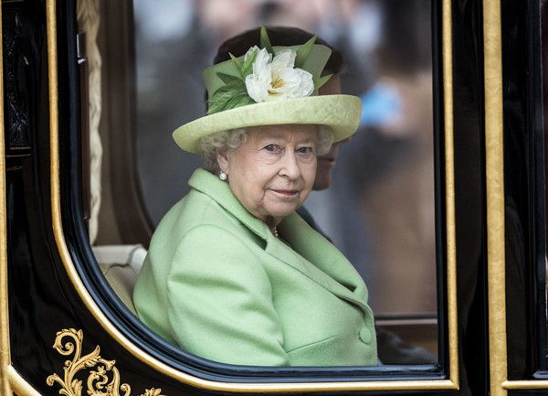 Queen Elizabeth II Photos Photos - Queen Elizabeth II and Colombia's President Juan Manuel Santos travel in the Diamond Jubilee State Coach as they depart his ceremonial welcome at Horse Guards Parade on November 1, 2016 in London, England. The President is on a state visit to Britain. - The Queen And Duke Of Edinburgh Welcome President Santos Of Colombia And Mrs Santos
