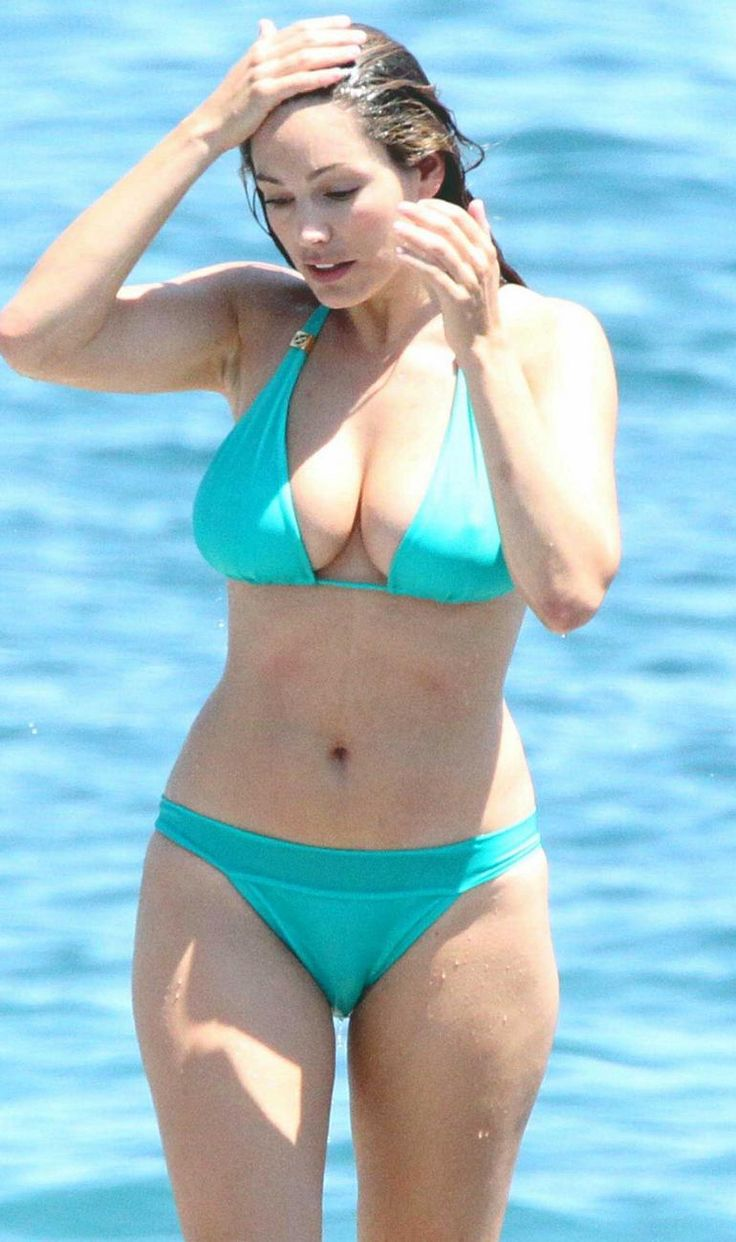 Kelly Brook in Patterned Bikini on the beach in Thailand Pic 21 of 35