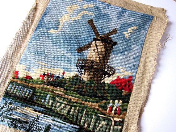 Vintage kruissteekpaneel met oudhollands landschap met molen en wolkenlucht. Mooie geborduurde lap stof die de hoofdrol wil spelen in jouw eigenste persoonlijke upcycling-project!