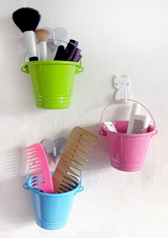 Não ficou um charme esses baldinhos coloridos, pendurados por ganchos adesivos, para organizar as coisas no banheiro? #donaajuda #organizacao #chegadebagunca #tudoemseulugar #banheiro