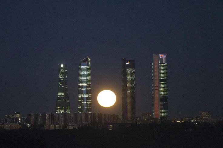 Madrid... Una Luna cegadora se eleva silenciosamente tras el skyline de Madrid, de izquierda a derecha: la Torre Espacio, la Torre de Cristal (el edificio más alto de España), la Torre PwC y la Torre Cepsa.