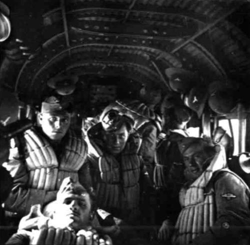 Ecco all'interno dello Ju 52 i soldati tedeschi durante il volo verso l'Africa. Da notare il cielo della carlinga, con la lamiera ondulata tipica dello Ju 52-Ma soprattutto i giubbotti salvagente per il personale, che gli italiani …non avevano.