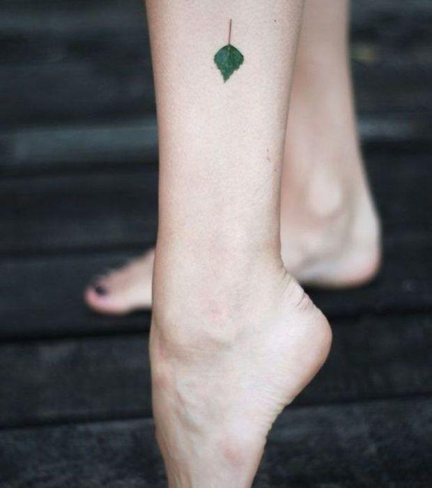 Micro tatuaje hoja