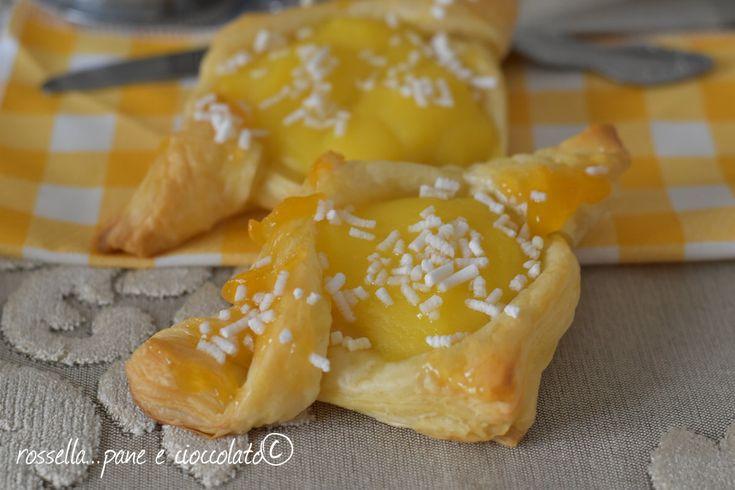 I danesi alla crema sono delle sfoglie da colazione davvero buonissime, golose e croccanti che si riempiono con la crema pasticcera!