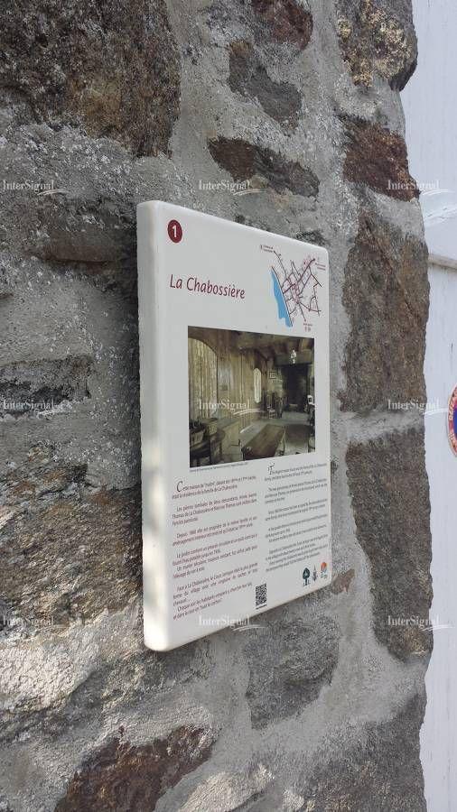 Signalétique patrimoniale. Saint-Suliac (35). Plus beau village de France. Panneau d'information en lave émaillée. Conception et réalisation : InterSignal
