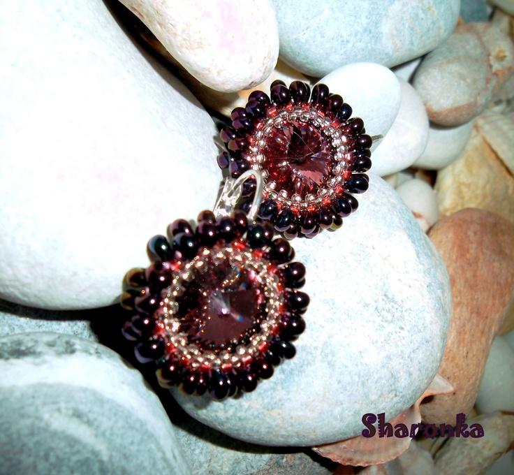 Pink Antique Rivoli Swarovski velikost 14 mm v barvě pink antique obšité japonským rokajlem matsuno a miyuki. Vlepené do bižuterních komponentů v barvě stříbro. Velikost náušnic je 2,3 cm.