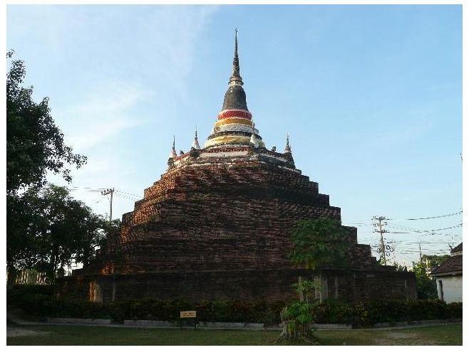 Phitsanulok Travel Guide  /  600 year old chedi at Wat Ratchaburana