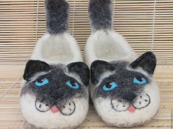 Купить или заказать Тапочки валяные детские 'Сиамские котята' в интернет-магазине на Ярмарке Мастеров. Тапочки сваляны из овечьей шерсти 'бергшаф', подошва пришита из натуральной кожи, теплые, мягкие и забавные, понравятся любителям кошек сиамской…