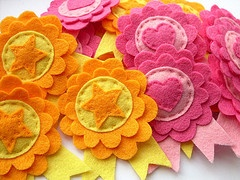 <3: Crafts Flowers Felt, Kids Maybe, Kids Parties, Wool Felt, Awards For Kids, Feltro Feltragem, Felt Crafts, Kids Certificates, Felt Brooches
