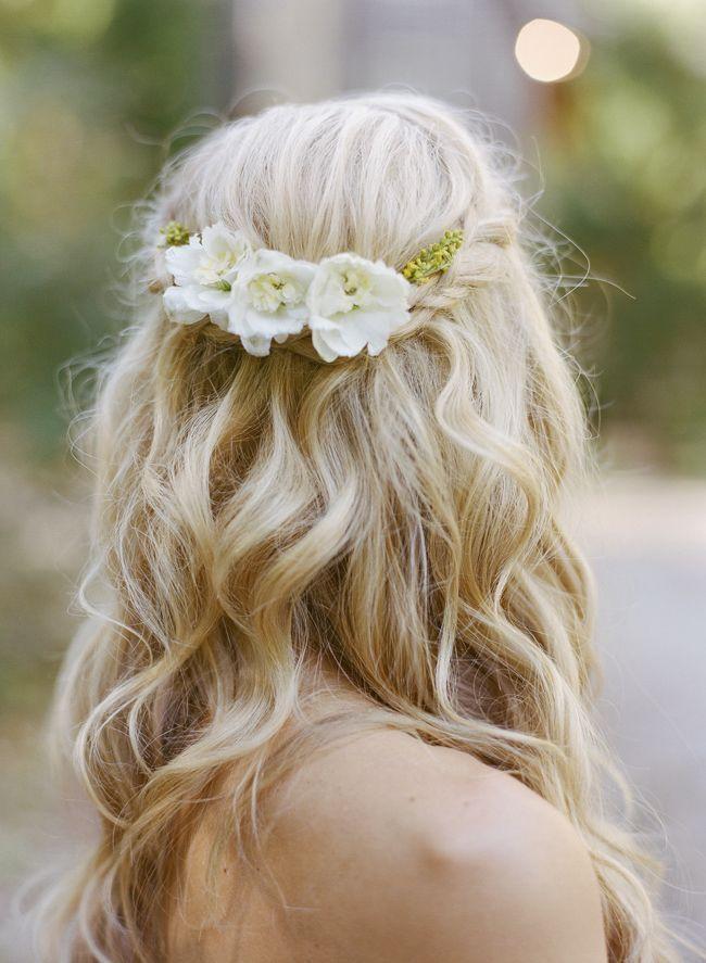 Ook super mooi, het verwerken van bloemen in een vlecht ! Leuk voor als je in de zomer trouwt.