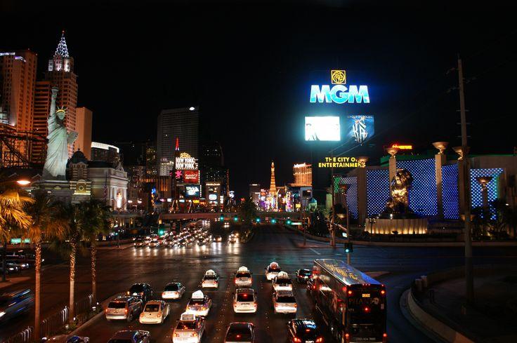 Le Strip. C'est une portion du « Las Vegas Boulevard ». Nombre des plus grands hôtels et casinos sont situés sur le Strip. Il s'étend de l'hôtel Stratosphere jusqu'au Mandalay Bay.