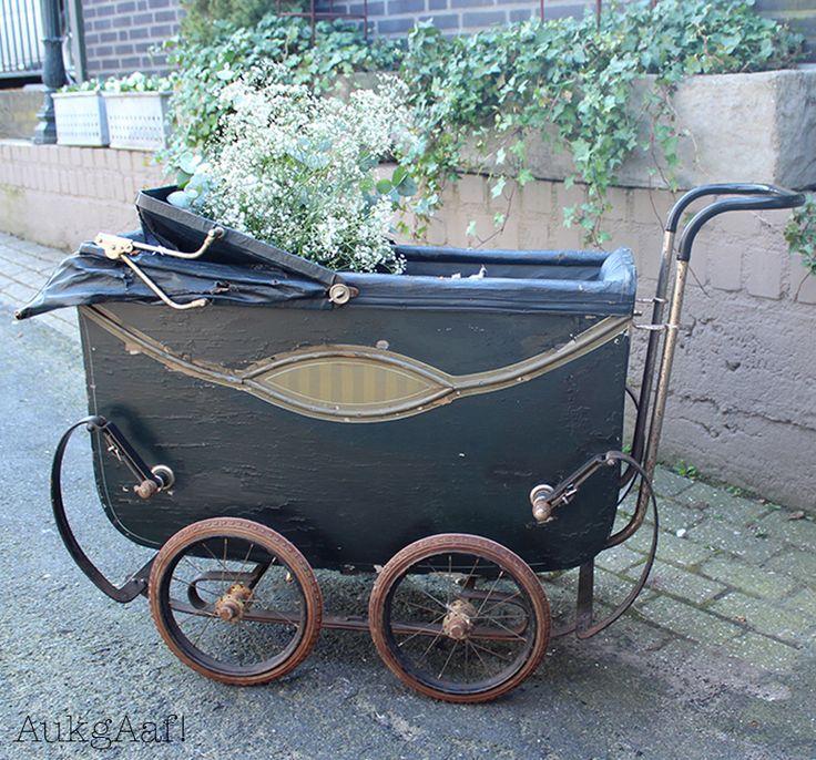 Antieke kinderwagen blauw! http://aukgaaf.com/nl/lifestyle-woonaccessoires-landelijk-wonen-brocante-accessoires/brocante-brocante-meubels-brocante-accessoires/decoratie.html