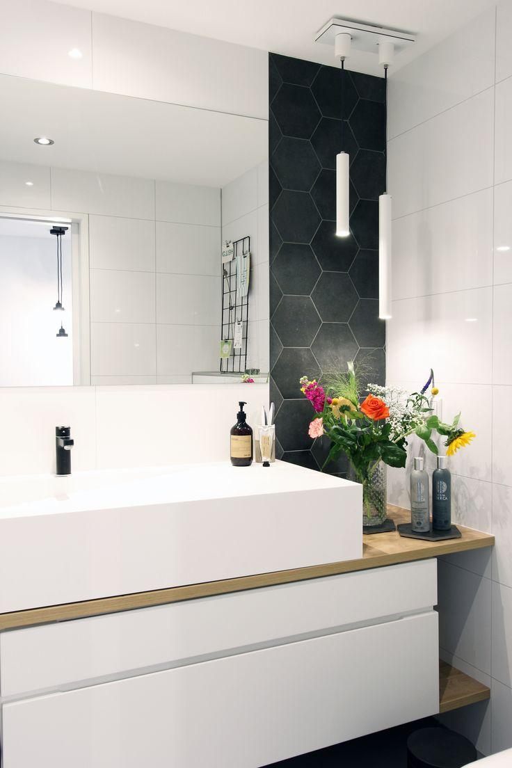 Badkamer - spoelbak - corian - houten blad - maatwerk - spiegel - bloemen - hexagon tegels - verlichting - deco