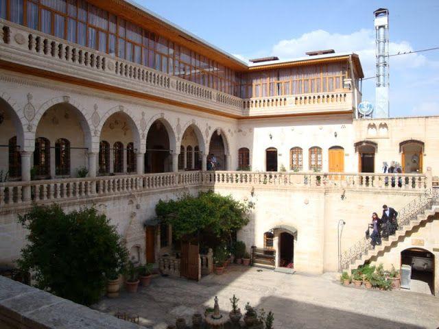 Yıldız Sarayı konuk evi, Şanlıurfa geleneksel konut mimarisinin anıtsal örneklerindendir. Şanlıurfa evlerinin en güzel örneklerinin yer aldığı Osmanlı Döneminde, Paşa saraylarının bulunduğu, eski mahallesindedir. Evliya Çelebinin Seyehatnamesindede adı geçen Tayyar Mehmet Paşa Sarayı'nın bu ev olduğu halk arasında söylenmektedir.