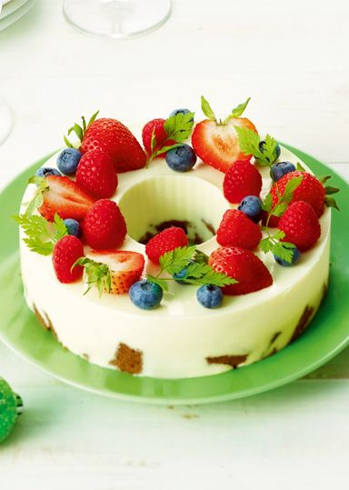 クリスマスリースレアチーズ のレシピ・作り方 │ABCクッキング ... いつものレアチーズケーキも、リース型にしてフルーツでデコるだけで、たちまちお洒落な主役ケーキに。