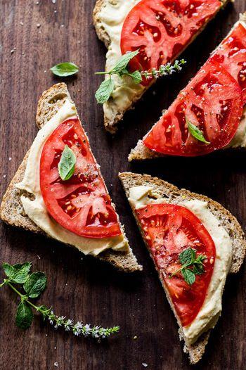 チーズ、トマト、バジルをのせて、カプレーゼ風のオープンサンドの出来上がり♪ 見た目もきれいで、おもてなしの一品にもおすすめです。