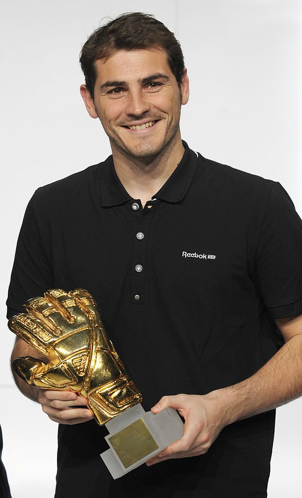 Spain S Goalkeeper Iker Casillas Golden Glove Winner Poses With His Award During The Fifa Soccer Worl Goalkeeper Iker Casillas Germany National Football Team